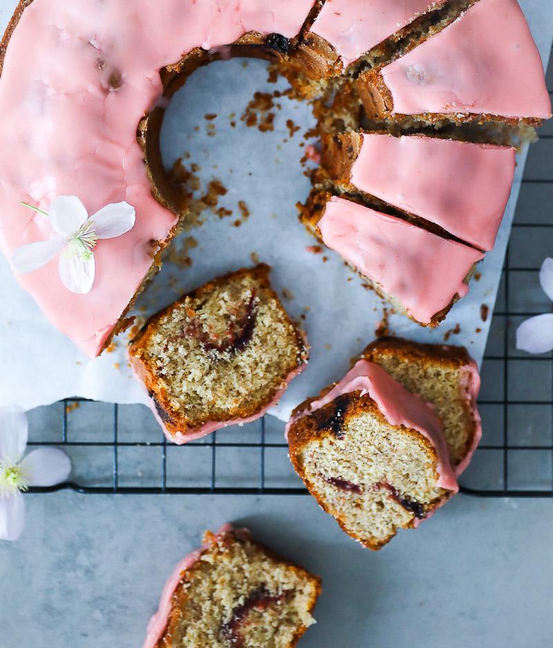 Rezept Erdbeer Mandelkuchen Erdbeerkuchen Rezept einfaches Rührkuchen Rezept mit Erdbeeren backen zuckerzimtundliebe sommerkuchen erdbeer zuckerguss foodblog backblog foodstyling strawberry almond coffee cake Kuchenstück