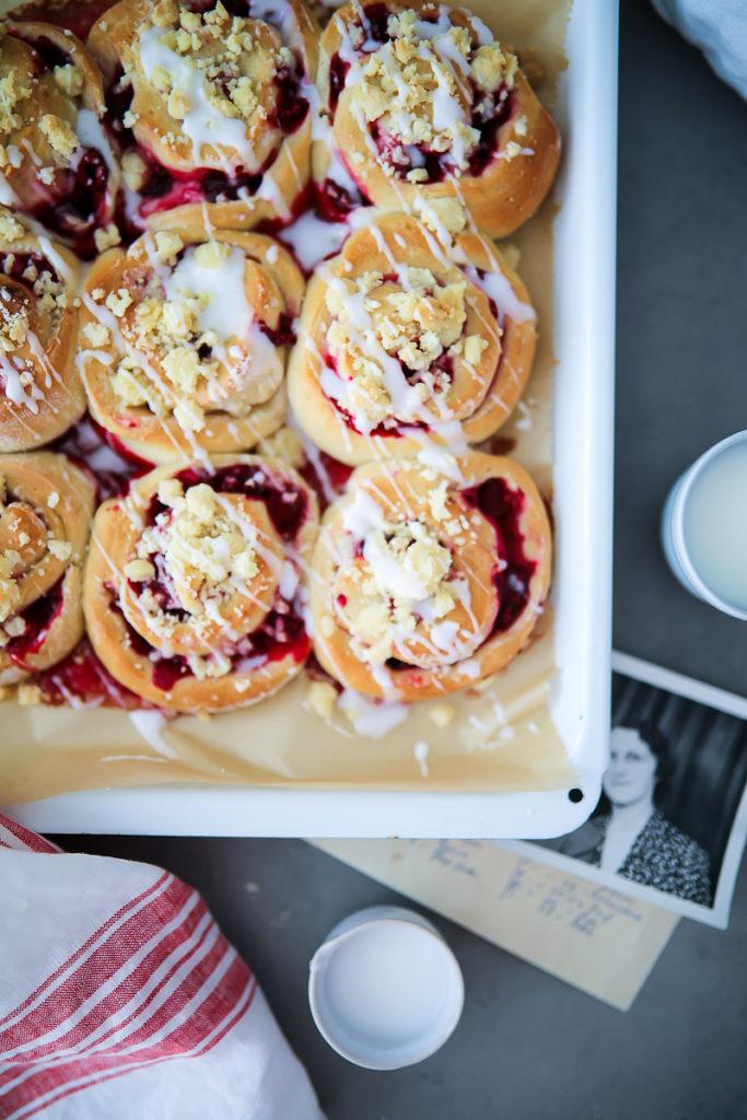 Einfache beste leckere Himbeer Streusel Schnecken Hefeteig Rezept raspberry streusel buns hefeteig mit trockenhefe himbeerkuchen himbeer rezepte zuckerzimtundiebe foodblog backblog foodstyling food photography