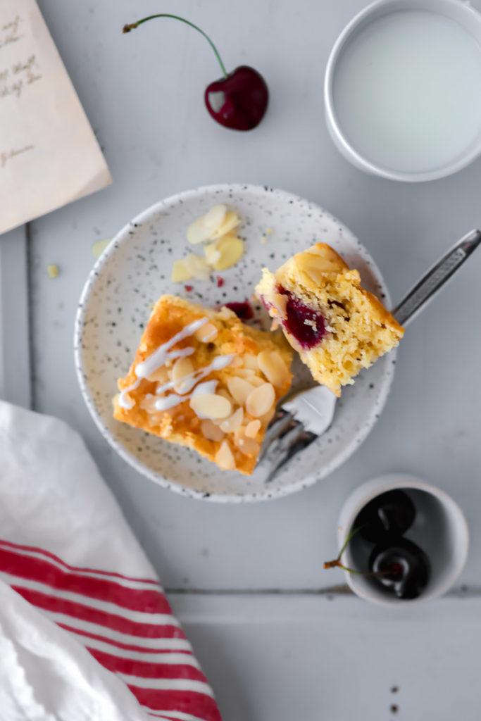 Kirschkuchen Rezept Kirschkuchen vom Blech Blechkuchen Rührteig frische Kirschen zuckerzimtundliebe foodblog backblog kuchen für sommerfest kirschrezepte foodstyling cherry almond cake tray bake mandelkuchen obstkuchen
