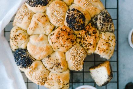 Brötchenkranz rezept grill rezepte hefebrötchen minibrötchen backen backrezept fußballabend grillbeilagen einfache brötchen zucker zimt und liebe foodblog miracel whip dip
