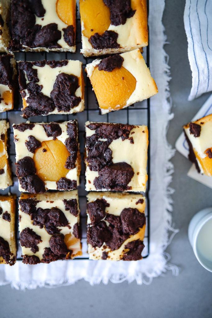 Russischer Zupfkuchen vom Blech Käsekuchen Schokostreusel Käsekuchen mit Quark Blechkuchen einfacher Käsekuchen Kuchen für Kuchenbuffet Pfirsich Pfirsichkuchen Zuckerzimtundliebe Backblog foodblog foodstyling