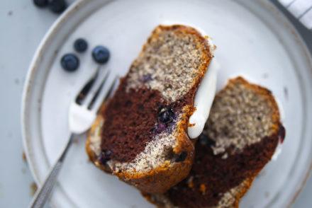 Blaubeer Mohn Gugelhupf Marmorkuchen Rezept blueberry poppy seed marble bundt cake backblog rührteig napfkuchen beerenkuchen sommerkuchen einfacher blaubeerkuchen mohnkuchen zucker zimt und liebe foodstyling