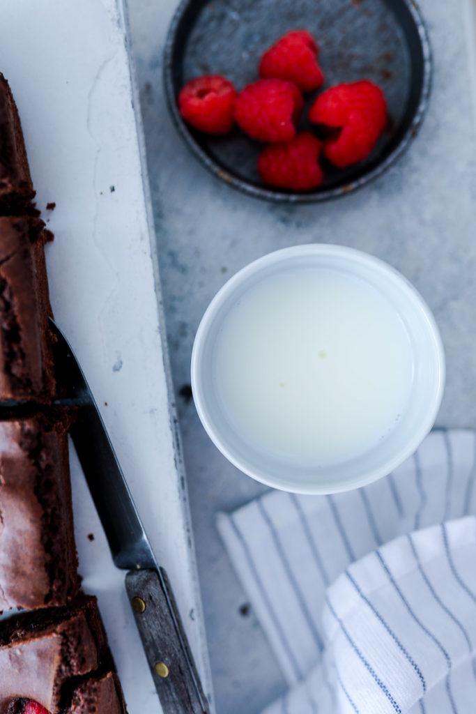 Himbeer Brownies Rezept Beste Brownies Raspberry brownies Schokoladenkuchen Himbeerkuchen Himbeerrezepte Brownierezepte FOodblog Backblog Foodstyling Foodphotography Zucker Zimt und Liebe