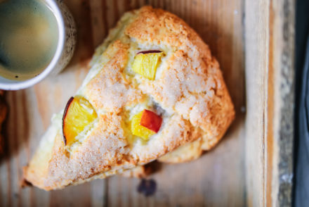 Pfirsich scones rezept, peach scones, scones selber machen, frühstücksrezept, zuckerzimtundliebe foodblog backblog knusprige scones süsse brötchen