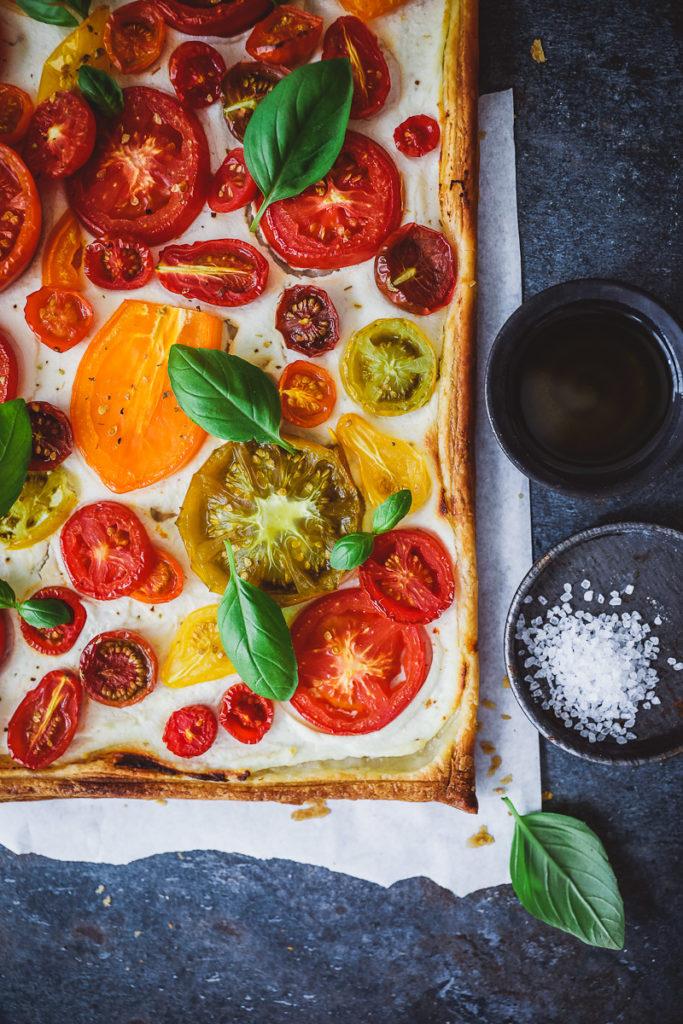 Tomatentarte Blätterteig Ricotta herzhafte Tarte Olivenöl Bertolli tomato tart recipe puff pastry blätterteig rezept zuckerzimtundliebe foodstyling food photography einfache tarte mittagessen sommerrezepte italienische rezepte