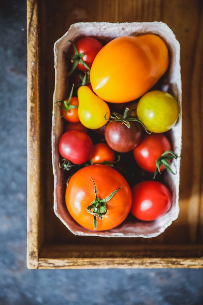 Heirloom tomatos bunte tomaten Tomatentarte Blätterteig Ricotta herzhafte Tarte Olivenöl Bertolli tomato tart recipe puff pastry blätterteig rezept zuckerzimtundliebe foodstyling food photography einfache tarte mittagessen sommerrezepte italienische rezepte
