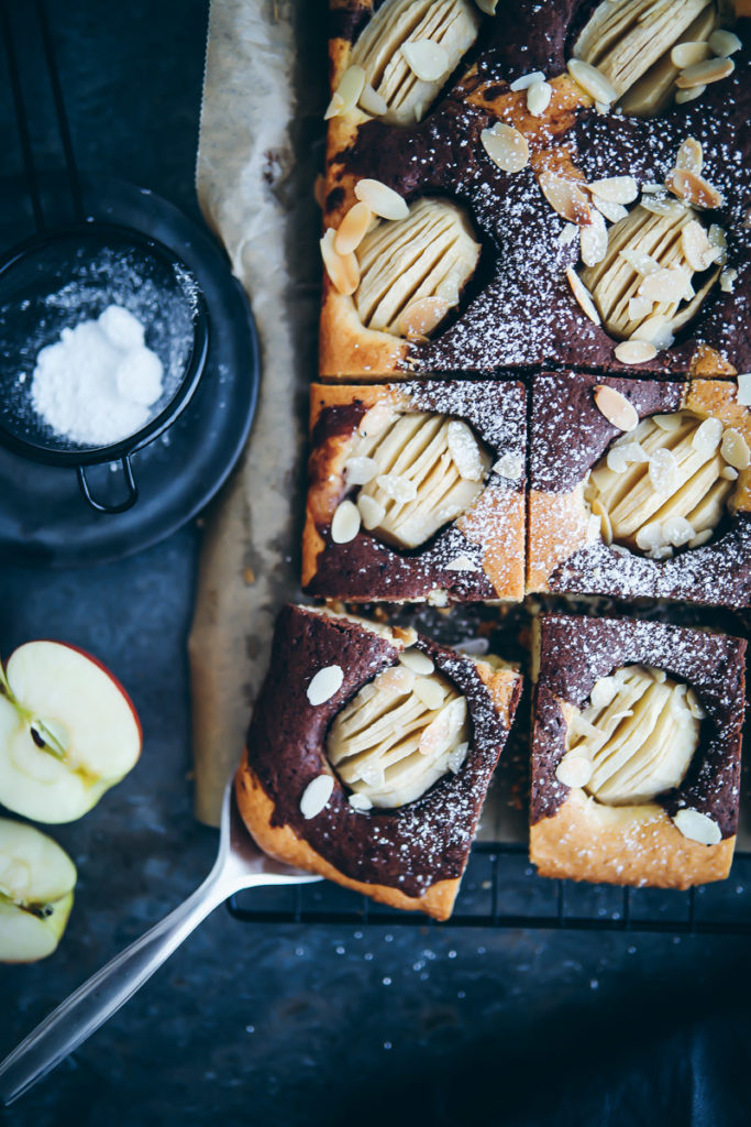 Versunkener Apfelkuchen vom Blech als Marmorkuchen Einfacher Apfelkuchen apple Marble cake sheet cake zuckerzimtundliebe foodblog backblog backen mit Äpfeln apfelrezepte foodstyling food photography