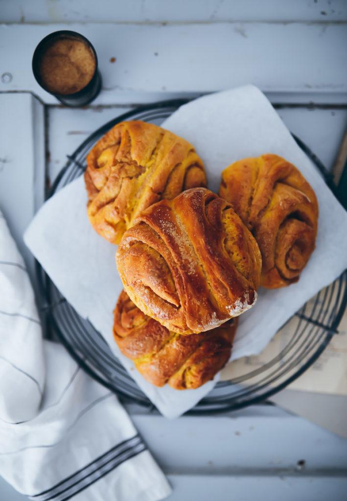 Kürbis Franzbrötchen Rezept pumpkin cinnamon rolls Zimtschnecken Kürbisrezept einfacher Hefeteig Trockenhefe zuckerzimtundliebe foodblog foodstyling
