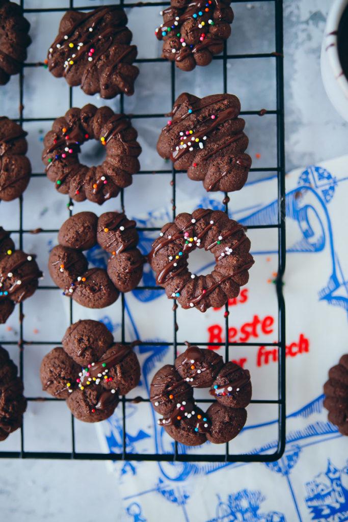 Rezept fuer Schokokekse Schokocookies daenische butterkekse zuckerzimtundliebe backrezept keksrezept cookierezept foodstyling food photography deutscher foodblog