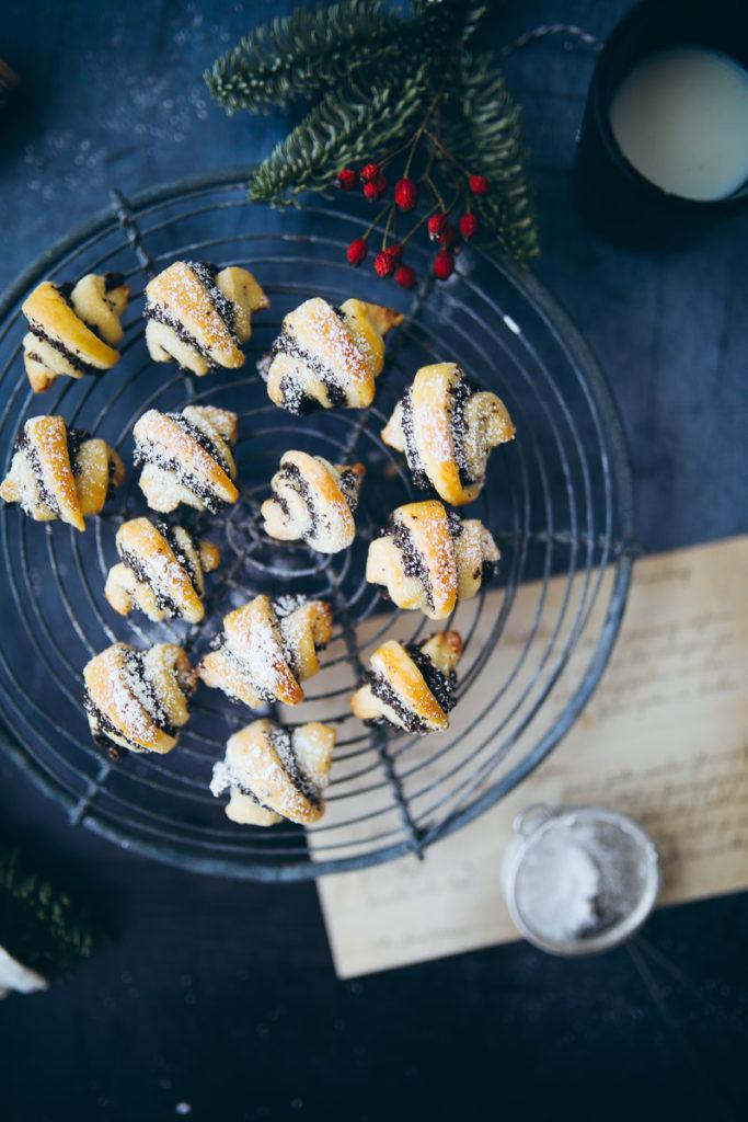 Rugelach recette recette de cuisson biscuits de Noël biscuits aux graines de pavot garniture aux graines de pavot biscuits de Noël boulangerie sucre cannelle et amour foodstyling photographie alimentaire graine de pavot rugelach pâtisserie courte backblog