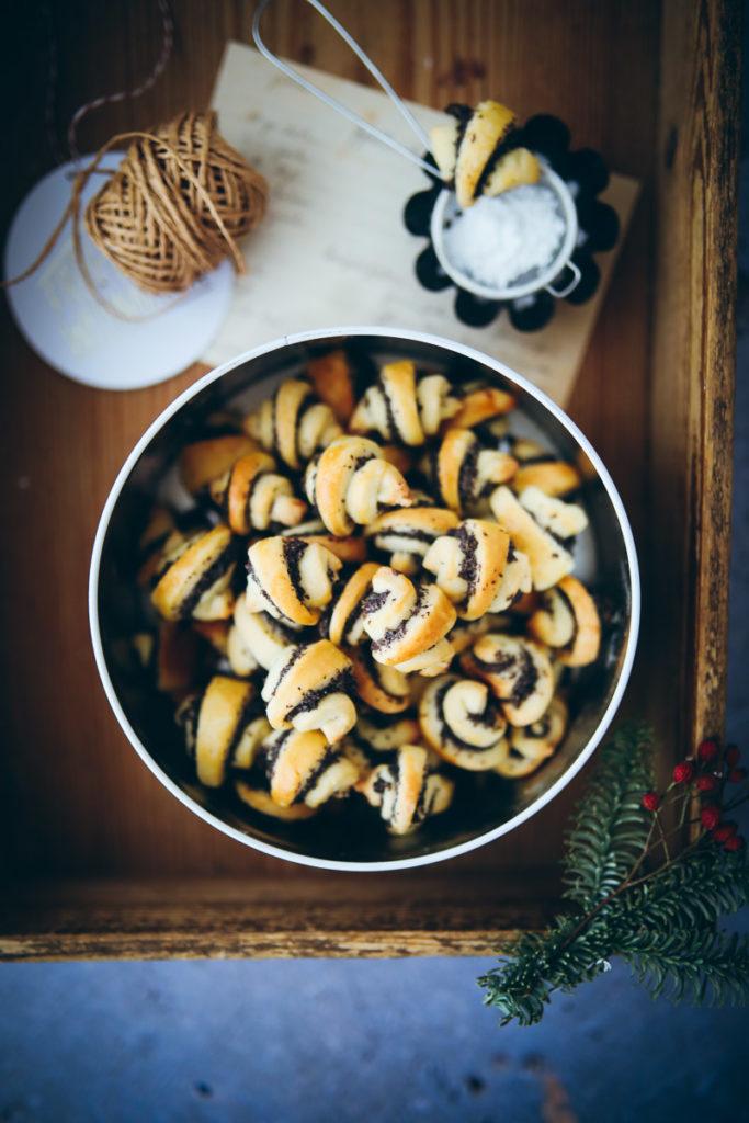 Rugelach Rezept Backrezept Weihnachtsplätzchen Mohnplätzchen Mohnfüllung Weihnachtskekse Weihnachtsbäckerei zuckerzimtundliebe foodstyling food photography poppy seed rugelach Mürbeteig Backblog
