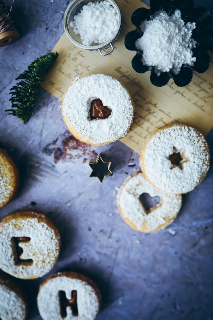 Spitzbuben Weihnachtsplätzchen Rezept Weihnachtskekse Nougatplätzchen Nougatkekse Nougatfüllung foodblog mürbeiteig ausstechplätzchen christmas cookies foodstyling food photography zuckerzimtundliebe backblog weihnachtsbäckerei ideen backen mit kindern spitzbuben ohne marmelade
