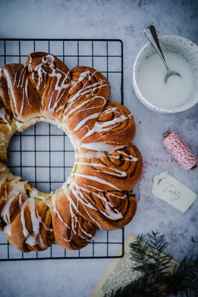 Zimtschnecke, Zimtschnecken kranz, hefeteig, hefeschnecke, zimtfüllung, zuckerzimtundliebe, foodblog, backblog, foodstyling, food photography, cinnamon roll wreath, cinnamon wreath, swedish cinnamon rolls, schwedische zimtschnecken, weihnachtsbäckerei, weihnachtsgebäck