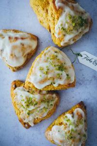 Rezept für Carrot Cake Scones mit Pekannüssen und Pistazien – perfekt zum Osterfrühstück {enthält Werbung}