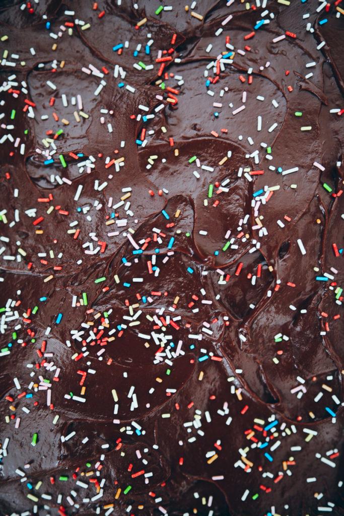 Schokokuchen Blech Geburtstagskuchen Kindergeburtstag kuchen für kuchenbuffet idee rezeptidee backen backrezept zuckerzimtundliebe chocolate sheet cake schokoladen ganache chocolate ganache foodstyling food photography cake sprinkles bakefeed