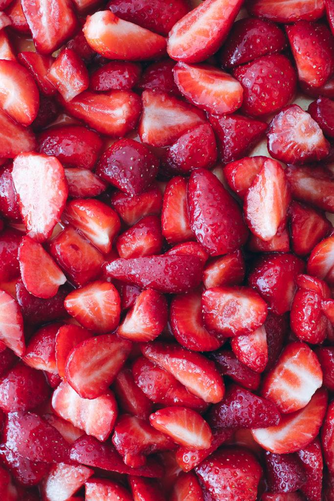 Erdbeer Kaesekuchen blech cheesecake strawberry baking sommerkuchen erdbeerkuchen quark käsekuchen foodstylist food styling food photography bakefeed zuckerzimtundliebe