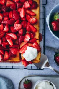 Rezept für Erdbeer-Käsekuchen vom Blech – ein Quark Käsekuchen mit mazerierten Erdbeeren