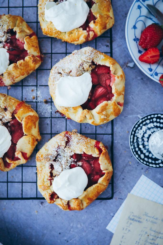 Erdbeer Galette Tarte strawberry galette tarts mini tart erdbeerkuchen erdbeerrerzepte sommer kuchen pie foodblog foodstyling food photography