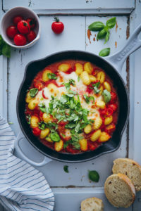 Gnocchi al forno – ein leckeres einfaches Rezept für Gnocchi caprese in Tomatensauce aus dem Ofen (enthält Werbung)