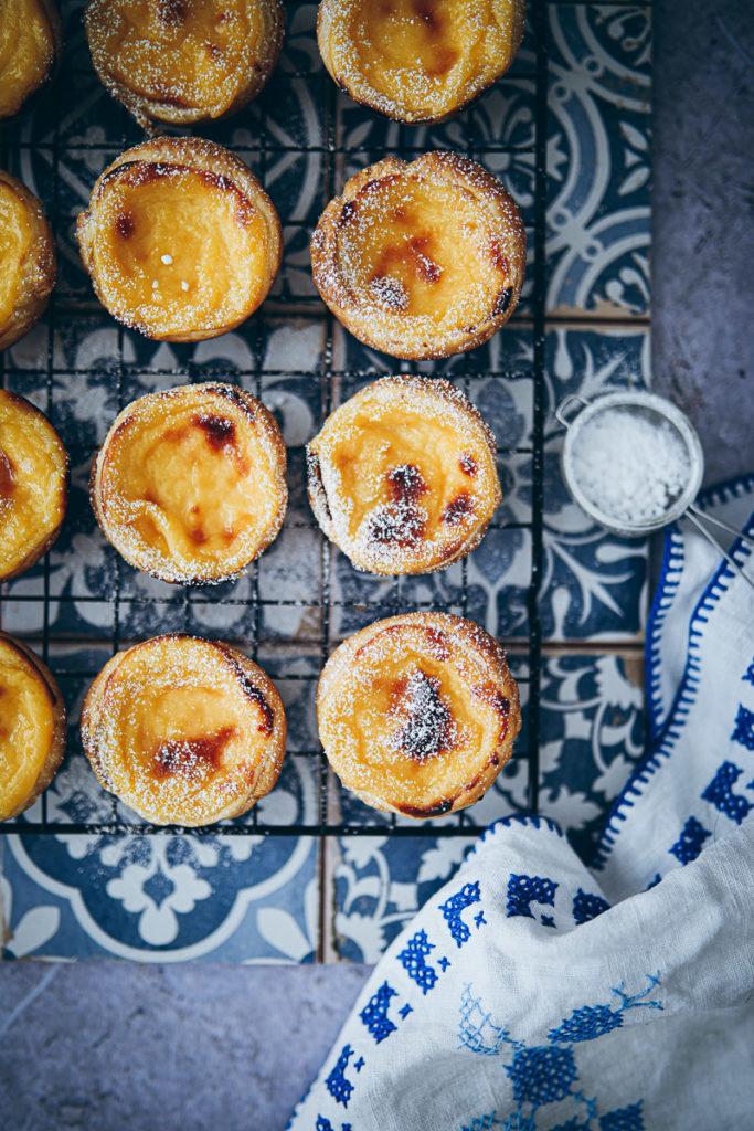 pasteis pastel de nata rezept recipe portugiesische puddingtörtchen portuguese custart tarts blätterteig rezept foodblog backblog foodstyling food 52 bakefeed foodstylist backblog törtchen muffins