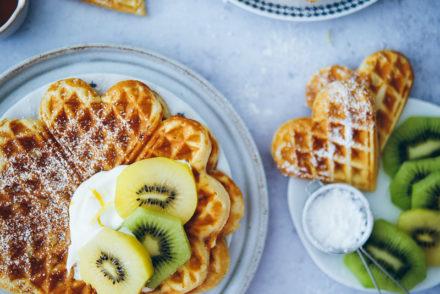 Kiwi Zitronenwaffeln ZespriSunGold Kiwi lemon waffles foodstyling foodstylist frühstücksideen brunch bakefeed donna hay zuckerzimtundliebe backblog