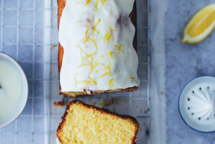 einfacher bester Zitronenkuchen Kastenform Rührteig lemon drizzle cake lemon glaze recipe foodstyling food stylist food photography backblog the bakefeed zuckerzimtundliebe