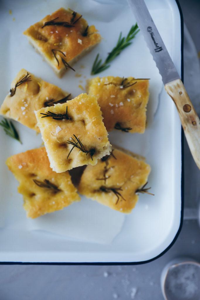 Zitronen Rosmarin Focaccia Rezept lemon rosemary focaccia recipe italian bread fladenbrot foodstyling bakefeed food 52 zuckerzimtundliebe foodstylist grillen grillrezepte olivenöl rezepte