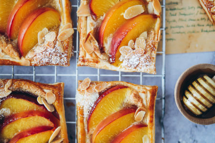 Pfirsich Frangipane Mandeltarte tartelettes steinobst kuchen obstkuchen sommerkuchen backen blätterteigrezept puff pastry frangipane tart peaches cake foodstylist food styling food 52 the bakefeed zuckerzimtundliebe foodblog backblog