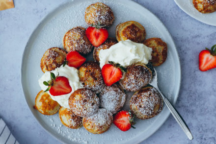 Poffertjes dutch pancakes recipe rezept aebleskiver foodstylist food styling frühstücksideen brunch zuckerzimtundliebe Foodblog Erdbeeren Backblog