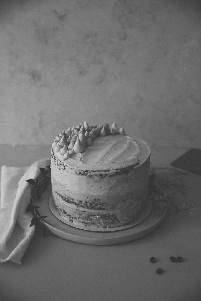 Semi naked cake rezept grundrezept lagen torte 20cm haselnuss nusskuchen kaffee kuchen tchibo 70 jahre jubiläum cream cheese frosting foodstyling tortenrezept hochzeitstorte selber backen food photography backblog zuckerzimtundliebe
