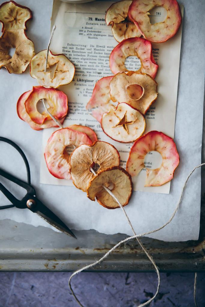 Apfelchips rezept aus dem backofen baked apple chips zuckerzimtundliebe apfelrezepte apple recipes food stylist food styling food photography herbstrezepte herbstdeko apfeldeko getrocknetes obst äpfel suedtirol lana