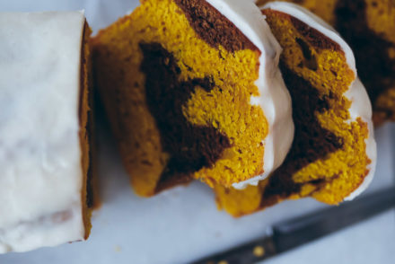 Kürbisbrot Kürbiskuchen Pumpkin bread zimtglasur cinnamon glaze marble cake marmorkuchen einfacher kastenkuchen zuckerzimtundliebe food styling food photography bakefeed loaf cake fall baking backen im herbst