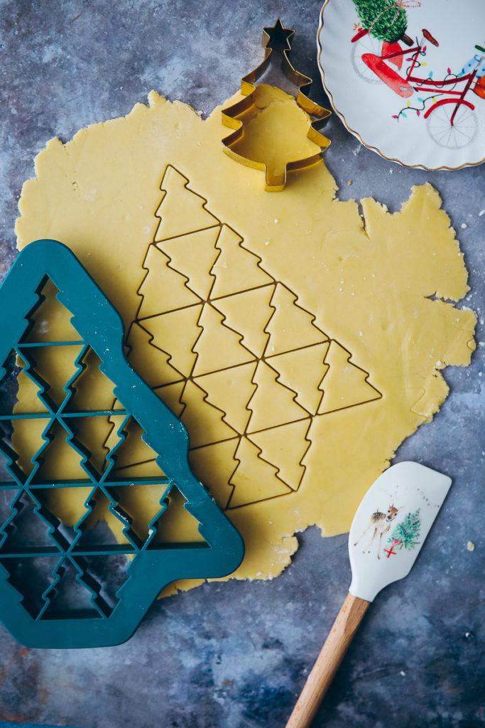 ausstechform ausstech plaetzchen einfache butterplaetzchen ausstechteigi muerbeteig weihnachten tchibo xl ausstechform weihnachtsbaum food styling zuckerzimtundliebe