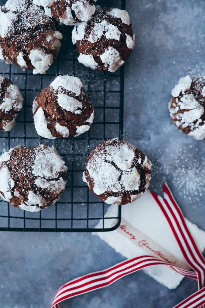 Schokoladen Schneeball Weihnachtsplätzchen rezept schokokekse chocolate crinkle cookies puderzucker weihnachtsbäckerei gebäck adventsgebäck schokoladenknöpfe zuckerzimtundliebe foodblog backblog foodstylist bakefeed german christmas recipes cookies