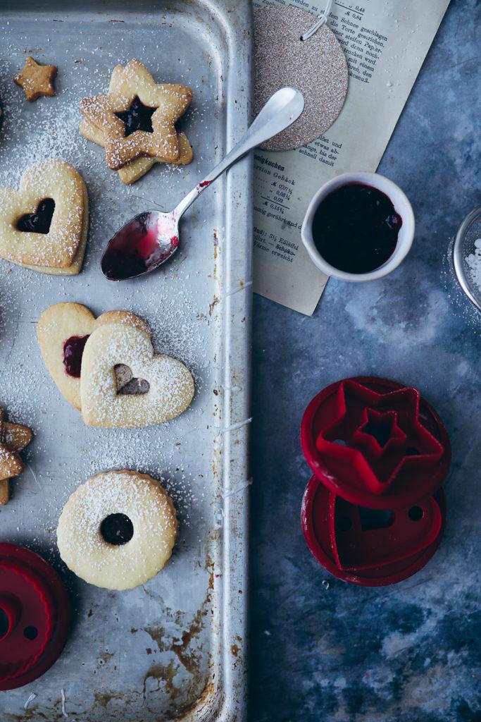 linzer kekse spitzbuben rezept einfache hildabroetchen marmeladenplaetzchen marmeladen kekse weihnachtsbaeckerei zuckerzimtundliebe food stylist tchibo weihnachtswelt