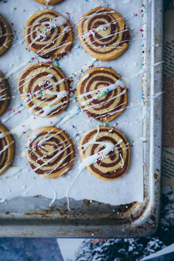 Zimtschnecken Cookies Schwarz weiss gebäck weihnachtsplätzchen weihnachtsbäckerei weihnachtskekse cinnamon roll cookies recipe foodstyling food photography food stylist zuckerzimtundliebe backblog gebäck einfache kekse für weihnachten rollenplätzchen keksteigrolle keksrolle