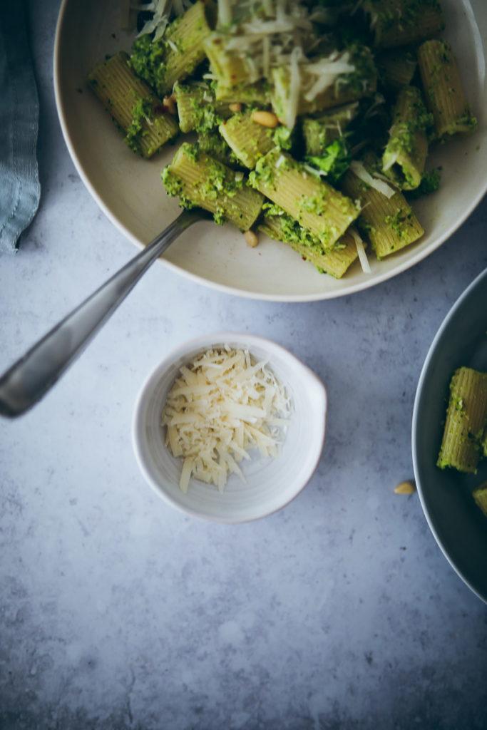 Recette de pâtes au brocoli et au pesto Recettes de pesto Recette de brocoli recette de légumes déjeuner simple repas simples aliment de cuisine sucre cannelle et amour foodstyling blog de la cuisine allemande blog végétarien déjeuner foodstylist