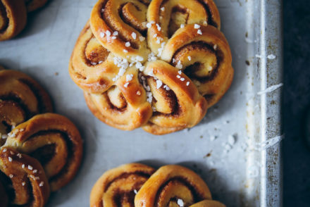 Schwedische Zimtschnecken Kardamom Hefeteig swedish cardamom cinnamon bun flowers einfaches rezept zuckerzimtundliebe foodstyling bakefeed food photography food stylist backblog deutscher foodblog