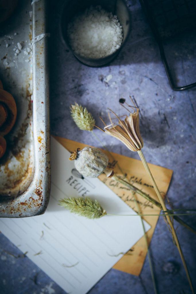 Schwedische Zimtschnecken Kardamom Hefeteig swedish cardamom cinnamon bun flowers einfaches rezept zuckerzimtundliebe foodstyling bakefeed food photography food stylist backblog deutscher foodblog
