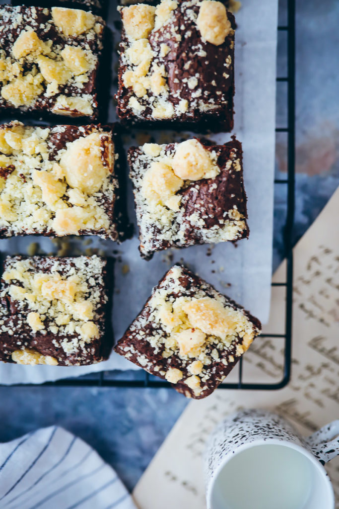Streusel Brownies Rezept beste Brownies einfaches Brownie Rezept 20cm Backform zuckerzimtundliebe crumble brownies recipe foodstyling bakefeed food52 foodstylist backblog foodblog schokokuchen streuselrezept