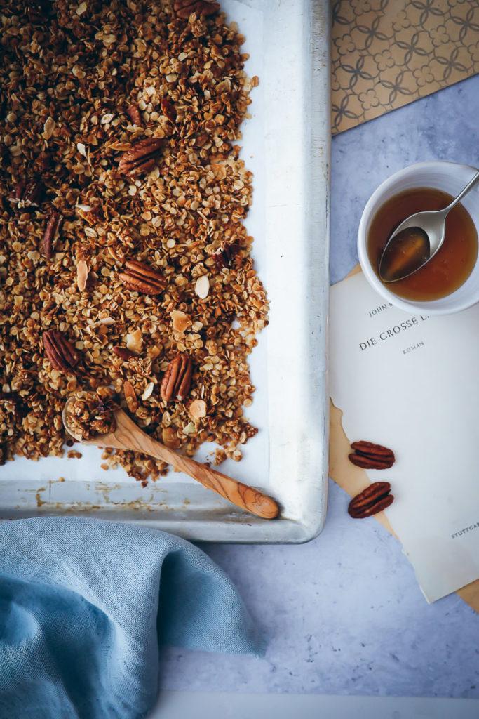 Ahoronsirup Maple Pekannuss Pecan Granola selbstgemacht Rezept müsli crunchy Kokosöl Mandeln zuckerzimtundliebe frühstück foodblog foodstyling granola selber machen food stylist backblog deutscher foodblog bakefeed feedfeed food52
