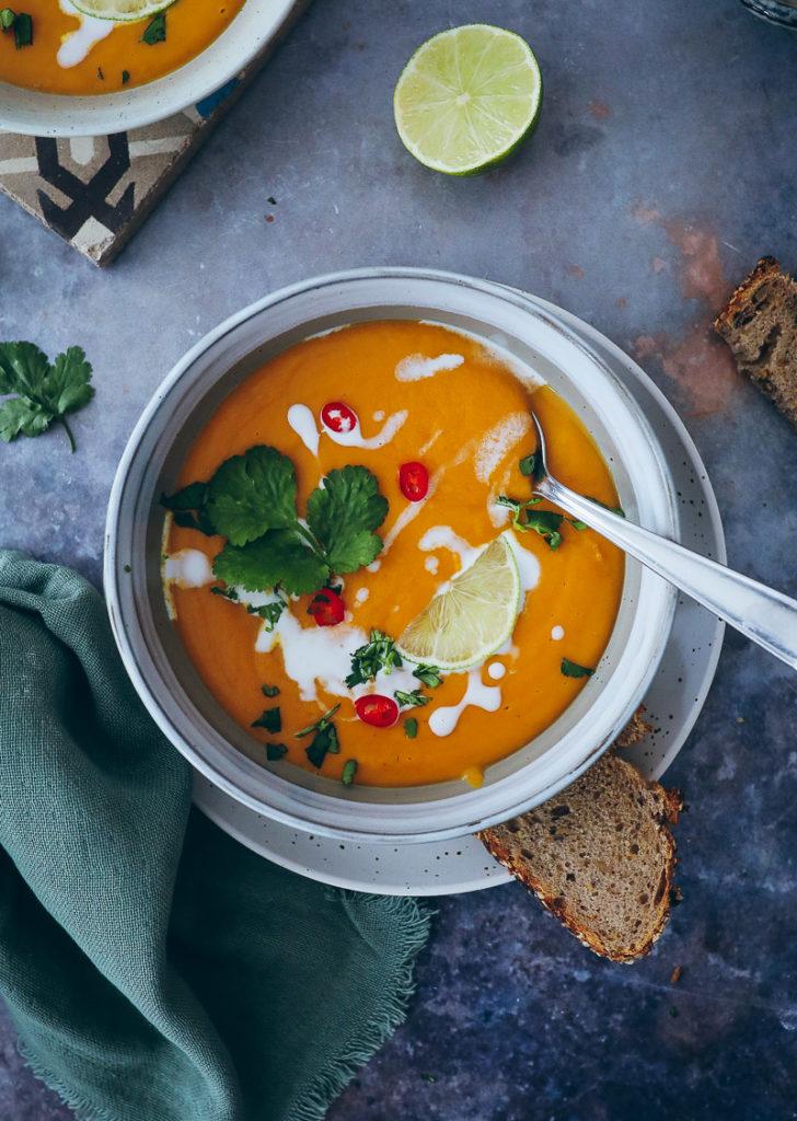 suesskartoffelsuppe indisch sweet potato curry soup fuchs gewuerze zuckerzimtundliebe foodstyling die besten suppenrezepte koriander kokosmilch suppe food stylist food photography cookfeed thekitchen food 52