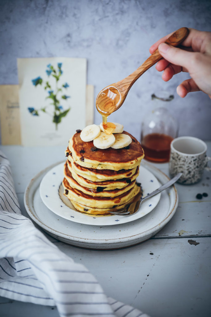 Chocolate Chip amerikanische Pancakes Rezept recipe einfaches Pfannkuchen Rezept fluffige Pancakes foodstyling zuckerzimtundliebe bakefeed food stylist food photography deutscher foodblog backblog