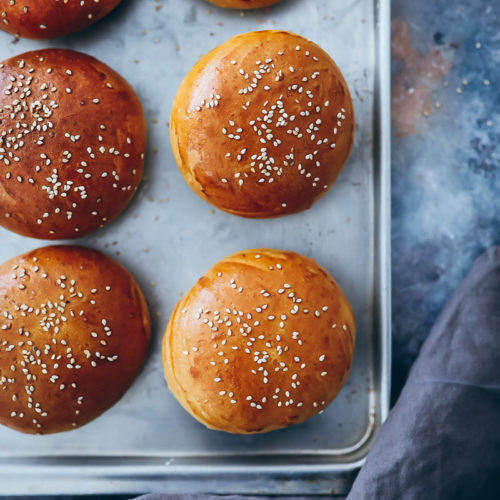 Burgerbrötchen Rezept selber backen Burger Buns Hefeteig Grillrezept zuckerzimtundliebe Foodstylist Food styling bakefeed