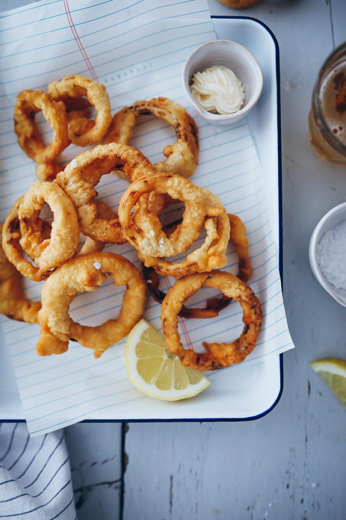 Zwiebelringe Rezept im Bierteig Mantel onion rings recipe zuckerzimtundliebe foodstyling food photography foodblog zwiebelrezepte beilagen zum grillen burger beilagen frittier teig food 52 the kitchen cookfeed