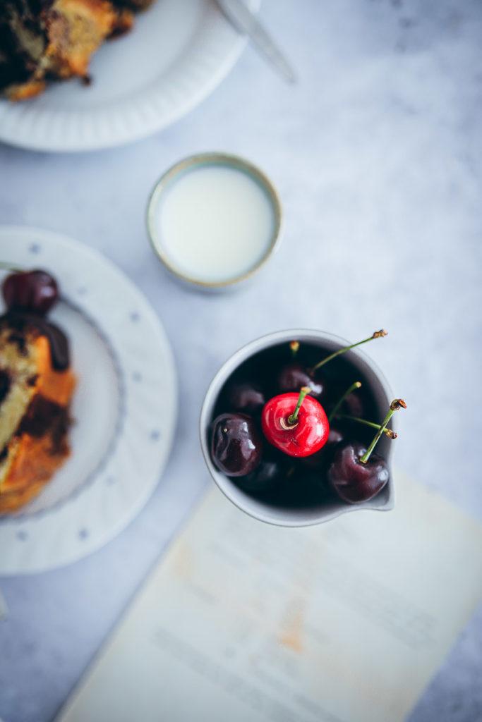 Kirsch Marmorkuchen Gugelhupf Rezept Napfkuchen Rührteig Kuchenbuffet einfacher Marmorkuchen Rezept backrezept foodstyling cherry marble bundt cake kirschgrütze zuckerzimtundliebe backblog bakefeed deutscher foodblog