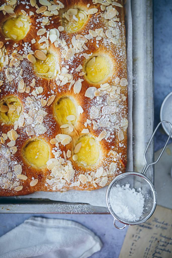 Puddingschnecken Kuchen vom Blech Blechkuchen einfacher Hefeteig skoleboller cake foodstyling food 52 bakefeed zuckerzimtundliebe backblog butterkuchen für Buffet Puddingfüllung rezept custard sheet cake recipe