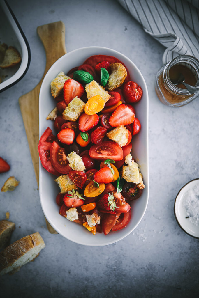 Panzanella Brotsalat Tomatensalat erdbeersalat einfacher sommersalat grill salat grill beilagen foodstyling food 52 cookfeed feedfeed tomato recipes tomatenrezepte food stylist