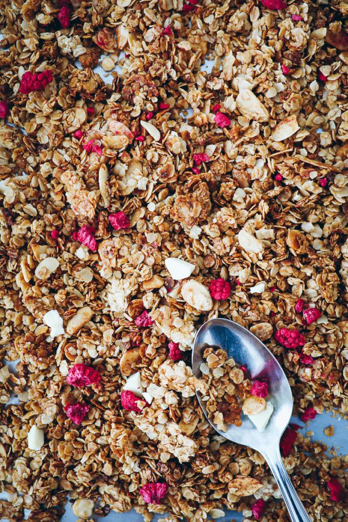 Himbeer Honig Mandel Granola Rezept Müsli selber machen raspberry chocolate granola foodstyling food photo zuckerzimtundliebe