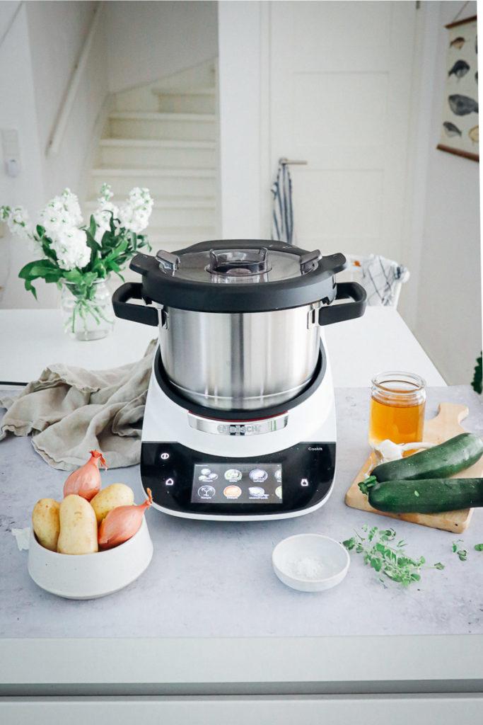 Test Bosch Cookit Küchenmaschine mit Kochfunktion Wlan Zucchini Kartoffelsuppe Rezept einfache Suppe Mittagessen foodstyling food photography Küchengeräte test Was kann der Cookit